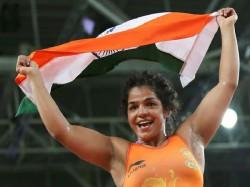 Rio 2016 Wrestlers Sakshi Malik Vinesh Phogat Advance Olympics